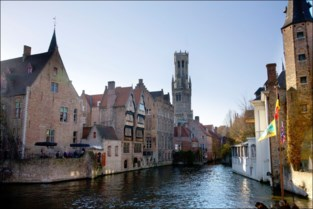 Toeristen vallen in het water aan Brugse Rozenhoedkaai