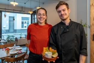 """In het eetcafé van Jolijn (30) blijft de zomer duren: """"Leven achter computer was nooit iets voor mij"""""""