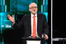 Johnson en Corbyn kiezen in eerste tv-debat de aanval (en kerstcadeaus)
