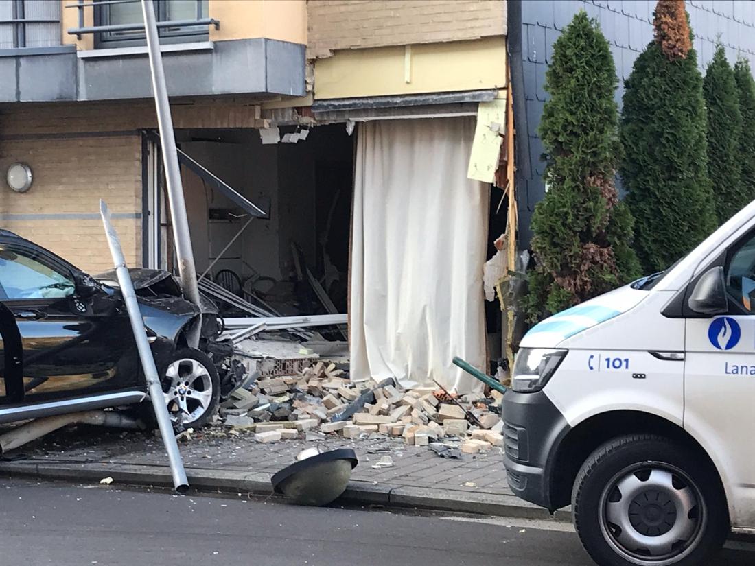 Auto rijdt flat binnen: bewoonster (74) ontsnapt dankzij bezoekje