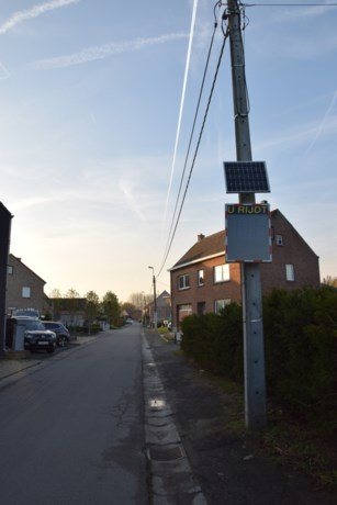 """Bord geplaatst dat gemeten snelheid weergeeft… in verboden rijrichting: """"Voor fietsers, voetgangers en kruiwagens"""""""