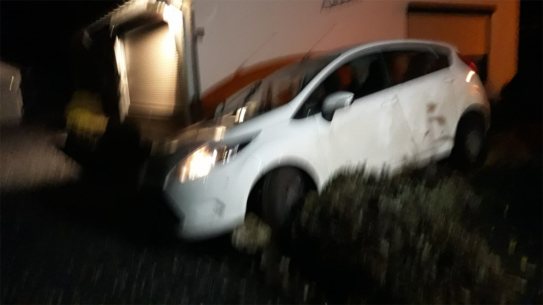 Auto belandt in tuin