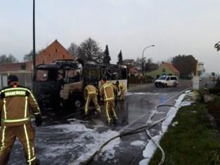 Schoolbus brandt volledig uit in Sint-Laureins