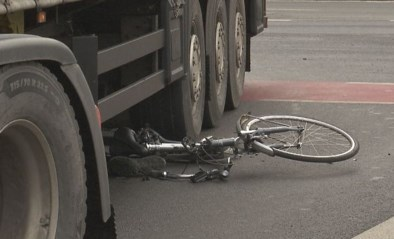 VIDEO. Fietser belandt onder vrachtwagen in Beringen
