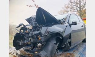 Autobestuurder overleeft zware klap tegen boom niet