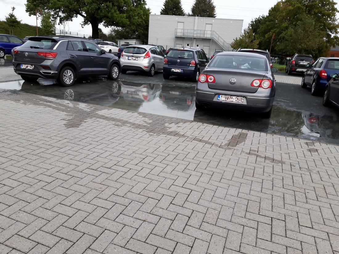 """Wie aan deze school parkeert, krijgt natte voeten: """"Na een plensbui staat de parking onder water"""""""