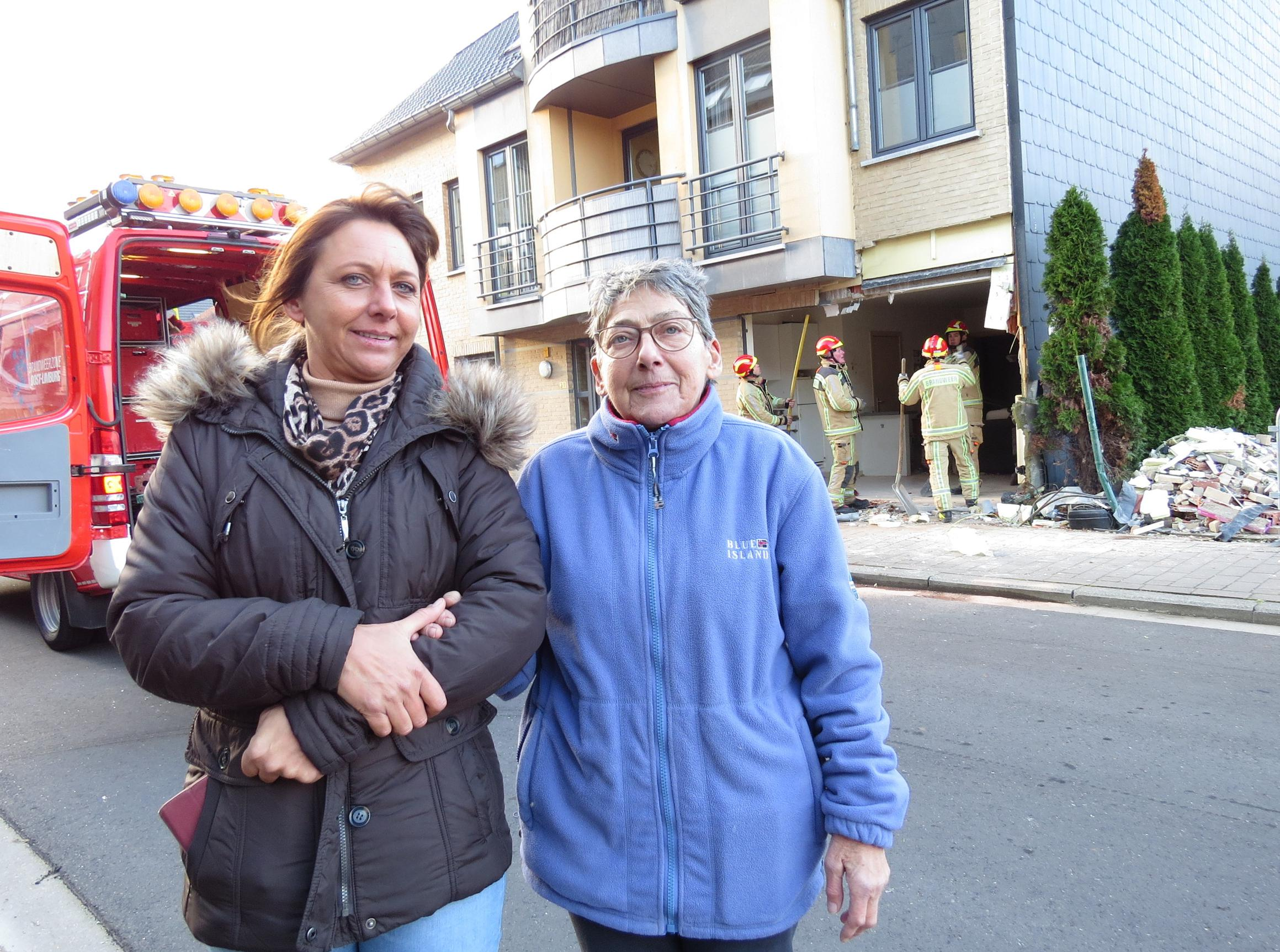 Auto boort zich door gevel appartementsblok