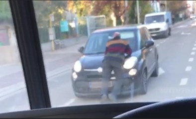 Absurd: man ligt op rijdende wagen te telefoneren in Borgerhout
