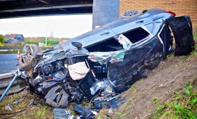 Mercedes knalt tegen brugpijler, vier zwaargewonden