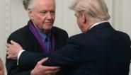 """Trump reikt National Medal of Arts uit aan de vader van Angelina Jolie, """"legende"""" en supporter Jon Voight"""