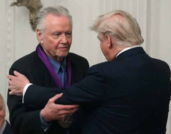 "Trump reikt National Medal of Arts uit aan de vader van Angelina Jolie, ""legende"" en supporter Jon Voight"