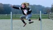 Met een pluche paardenhoofd tussen je benen een parcours trotseren: geen grap, maar topsport