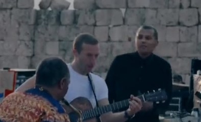 Stromae duikt verrassend op… met Coldplay in Jordanië