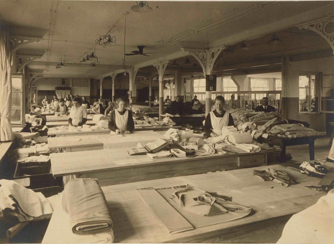 Van de Velde viert 100 jaar verleiding: of hoe een klompenmaker een oude schoenfabriek opkoopt en zo het verhaal van een wereldvermaard lingeriebedrijf start