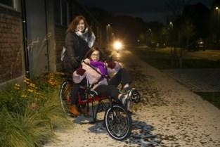 Nanou (12) krijgt nieuwe ligfiets dankzij crowdfunding