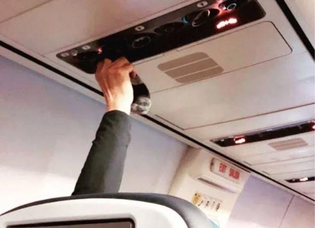 Onfris tafereel op vliegtuig doet het internet walgen