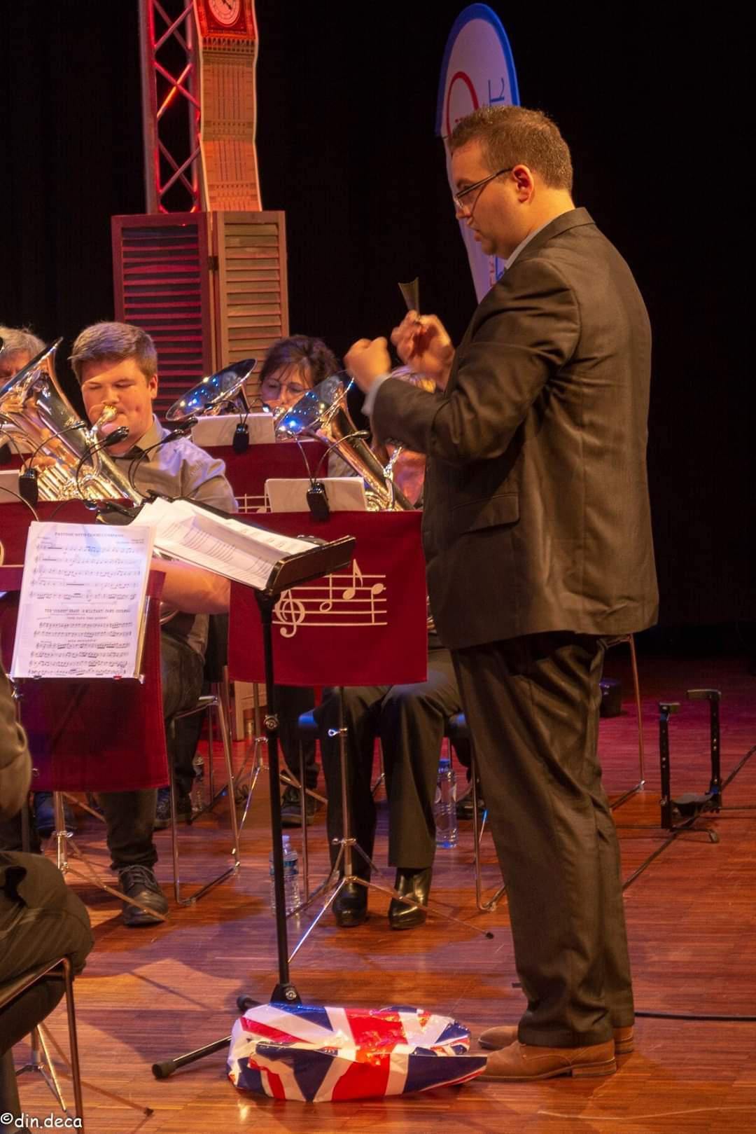 Dirigent Jeroen Moons brengt muzikanten van zijn verenigingen samen voor een jubileumconcert