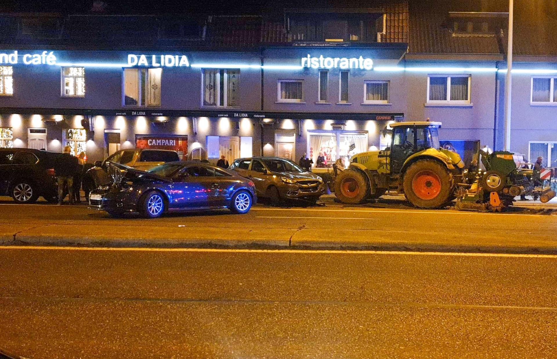 Tractor ramt geparkeerde auto's, waaronder een dure Maserati, voor restaurant in Maasmechelen