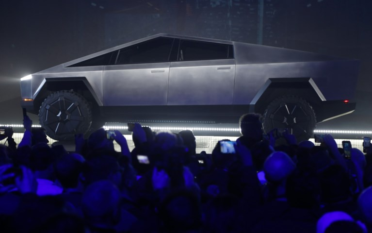 """Demonstratie van nieuw Tesla-model gaat helemaal de mist in: """"Je kan hier zelfs geen krasje op maken"""""""