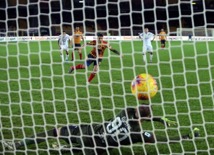 Radja Nainggolan scoort alweer met afstandsschot, maar Cagliari geeft zege nog weg na dolle slotfase met drie rode kaarten