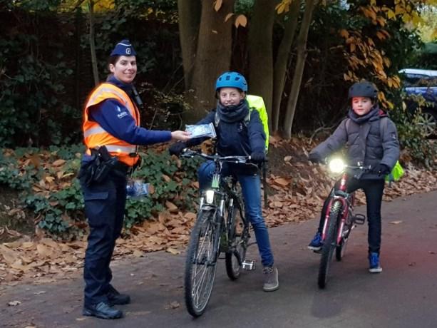 Politie deelt fietslichtjes uit