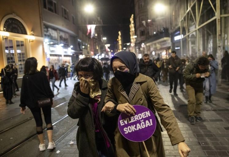 Politie probeert protest tegen geweld op vrouwen te stoppen met traangas en plastic kogels