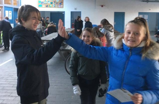 Scholieren van Erasmus doen HIGH 5 fietscontroles op de lagere school