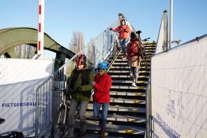 Iedereen veldrijder op Meulestede: noodbrug voor voetgangers en fietsers is nauwelijks te 'beklimmen'