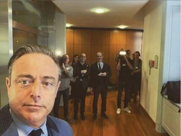 Wekenlang bleef hij onder de radar, maar daar is Bart De Wever weer. En dan weet je dat het menens is