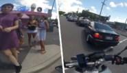 Motorrijder even afgeleid door groep dames… waarna meteen karma toeslaat