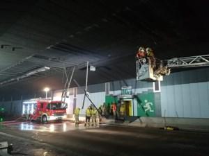 Beverentunnel op Antwerpse R2 dicht nadat vrachtwagen verlichting en camera's afrukt, tunnel heel de dag nog afgesloten
