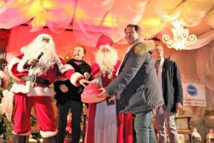 Sint én Kerstman steken samen kerstverlichting aan op White Sunday