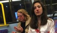 Dokter en vriendin weigeren te kussen: tieners vallen lesbisch koppel aan op Londense bus