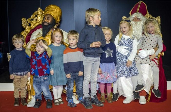 Zwarte Sinterklaas verrast kinderen in Afrikamuseum