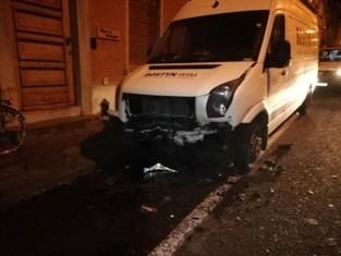 Automobilist ramt geparkeerde bestelwagen en wandelt weg