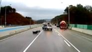 Man riskeert leven en gaat te voet spekgladde autosnelweg op