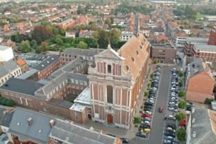 Vergeten feit: onder deze kerk liggen meer dan 600 mensen begraven