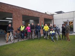 Gemeentebestuur toert per fiets rond om beleidsplan voor te stellen
