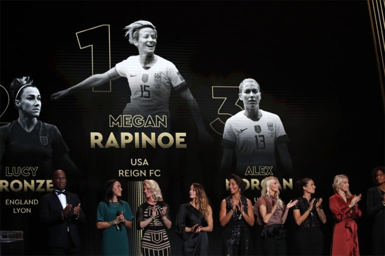 Lionel Messi ontvangt zijn zesde Gouden Bal en steekt zijn grote rivaal Ronaldo voorbij... die wel ander prijs(je) krijgt in Italië