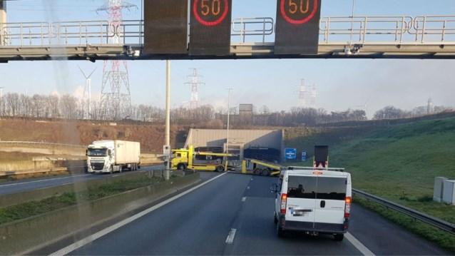 Bestuurders moeten zwaar in de remmen voor vrachtwagen die vlak voor tunnel gevaarlijke U-bocht maakt