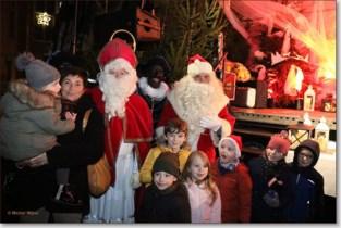 FOTO. Kerstman en Sinterklaas steken samen de kerstverlichting aan