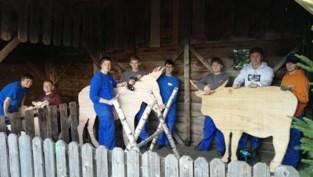 Leerlingen maken houten dieren voor kerststal