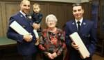 """Agenten die Simona (94) uit brandend huis redden krijgen medaille voor heldendaad: """"Tien minuten later en ik was hier niet meer geweest"""""""