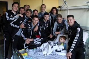 Spelers SK Deinze bezoeken patiëntjes in ziekenhuis