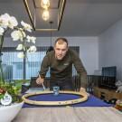 Xandro Meurisse aan de slag in zijn woonkamer.