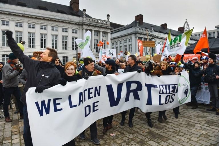 """1.200 mensen nemen deel aan luidruchtige manifestatie VRT-personeel: """"Openbare omroep meer dan ooit nodig"""""""