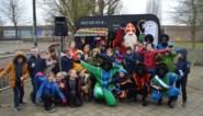 Kinderen GBS Barthel maken radio in caravan