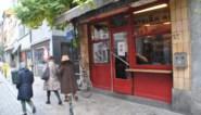 Bazin bedenkt originele oplossing om zatte kerstmarktbezoekers uit haar café te houden: