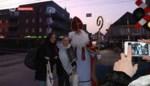 VIDEO. Wie stopt voor een gesloten overweg krijgt lekkers van Sint en Piet