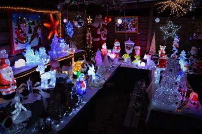 Het begon met dit lichtgevend beertje... probeer nu maar eens naast dit kersthuis te kijken